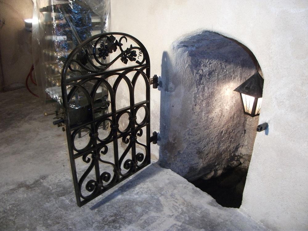 Feu fer forgegrille de puits for Porte de cave en fer